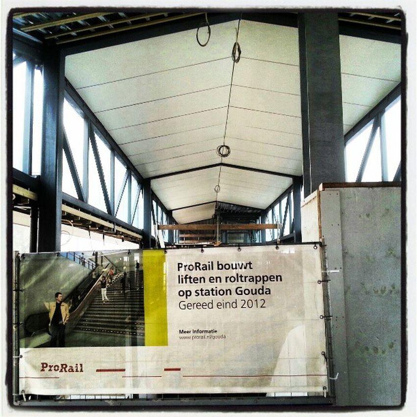 Is de nieuwe stationsoverkapping nu al net zo scheef als de rest van Gouda?