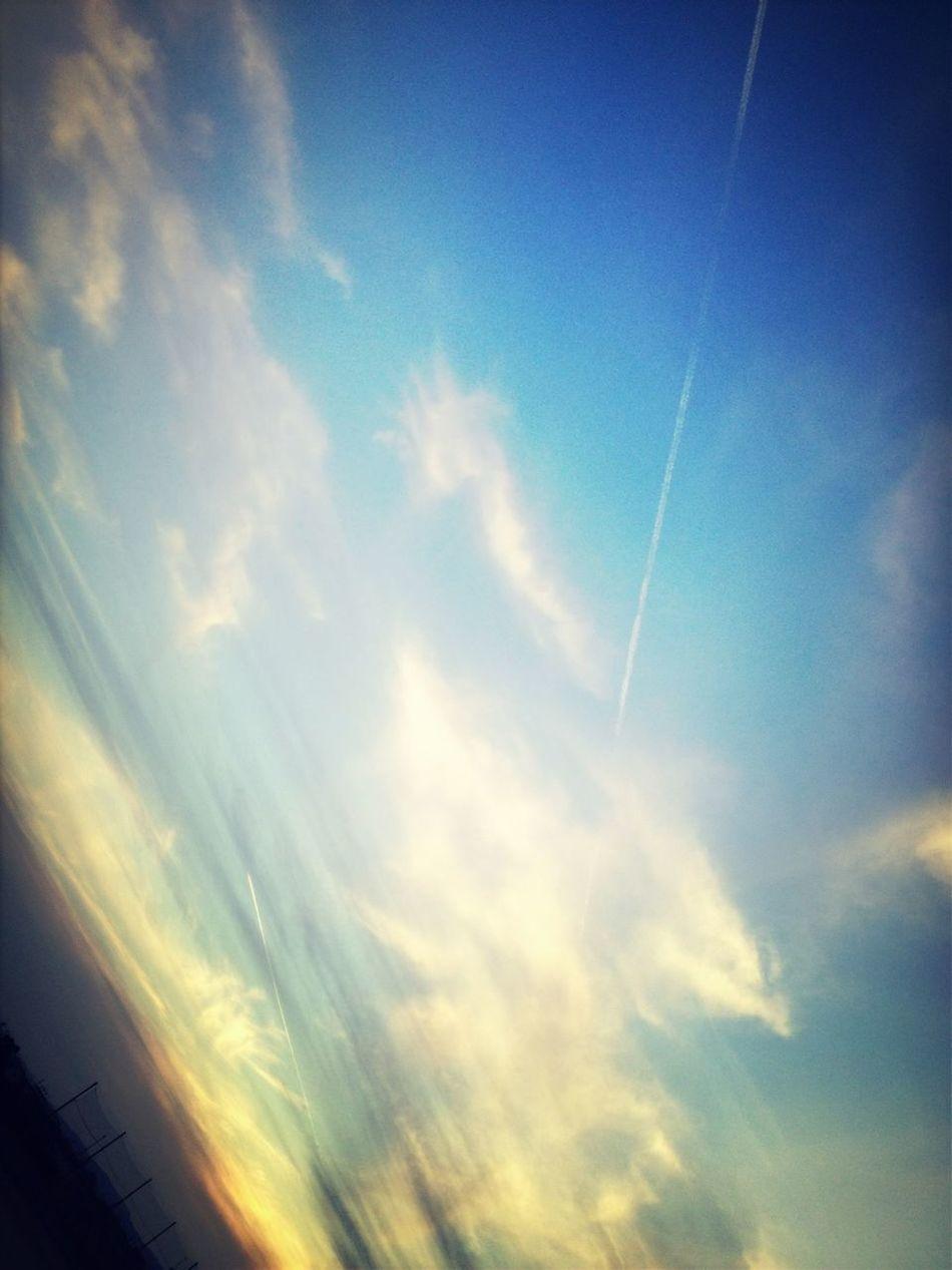 飛行機雲がふたつあるのです