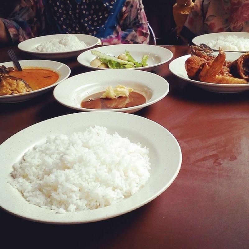 This is 'Nasi Ulam'. Food Eat Eattime Lapar mencekikmakandulukbkotabharuproudtobeklantanese