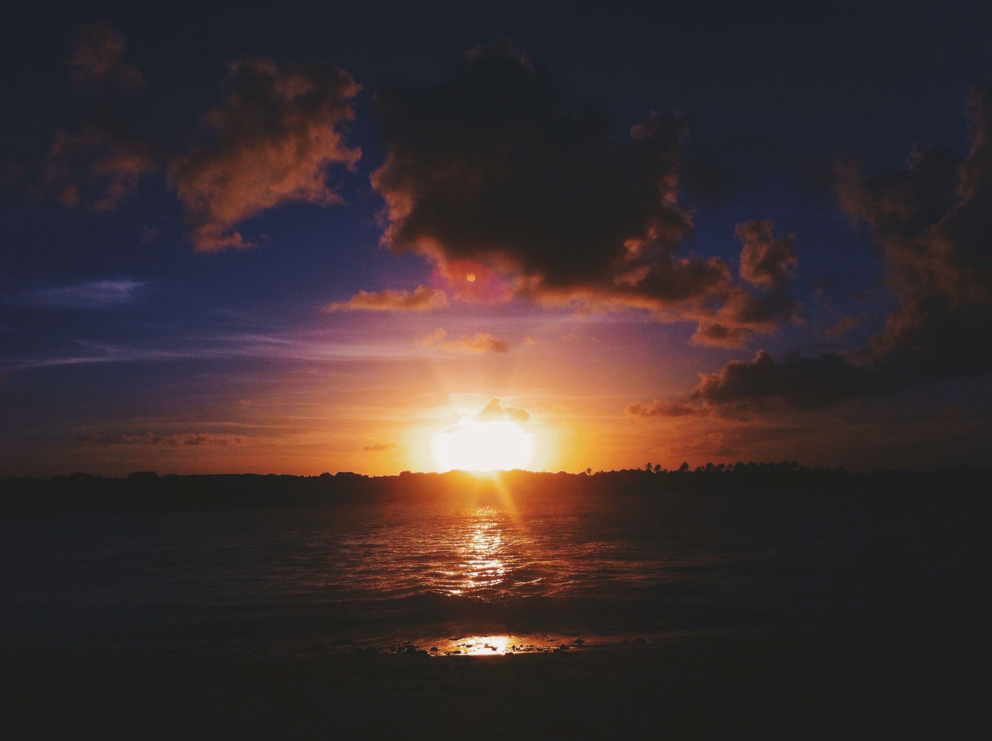 sunset, sun, scenics, tranquil scene, water, tranquility, beauty in nature, sky, sea, silhouette, reflection, idyllic, nature, sunlight, orange color, cloud - sky, sunbeam, cloud, waterfront, horizon over water
