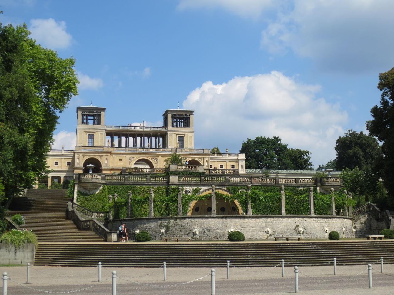 Un Palacio visto de frente en la Ciudad De Potsdam en Berlin