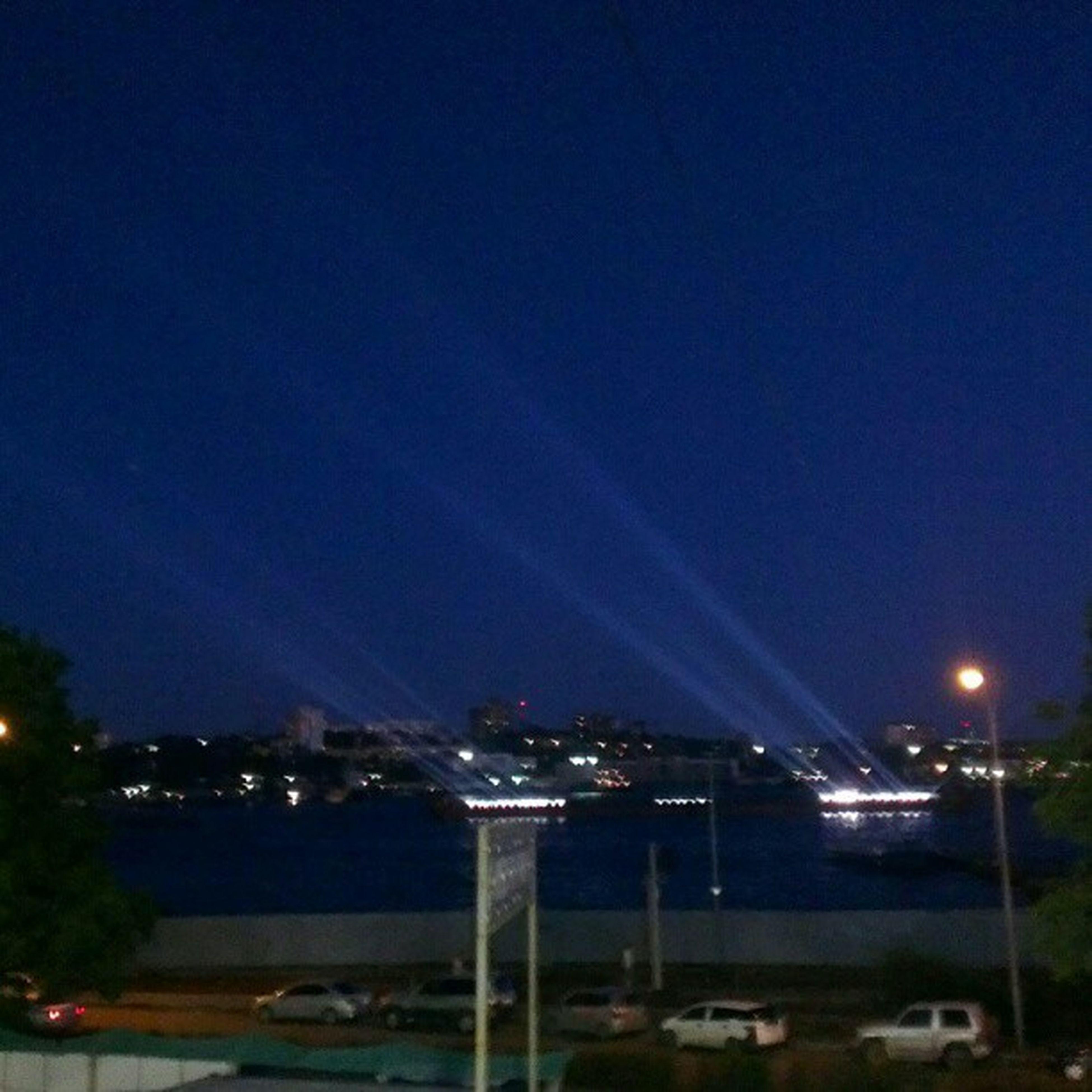 Лучи с бард в золотом роге  Владивосток Классно смотрится в ночном небе.  саммит APEC2012