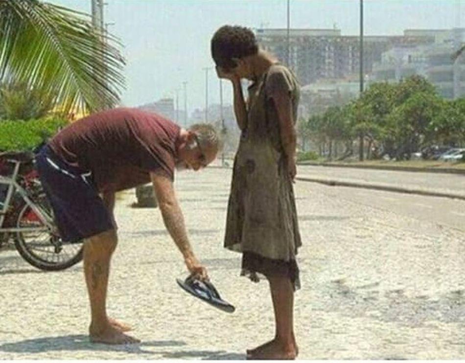Es muy triste y a la vez muy hermosa por que ahora se que si hay bondad en este mundo y que hay mas gente que daria todo por los demas sin pedir nada a cambio yo no soy millonario pero tambien haria lo mismo y todo por mirar una sonrisa real en un rostro lleno de dolor :'(... La Mente Detras Del Lapiz Respect ...¡Respeto! ¡Respect! Eye4photography