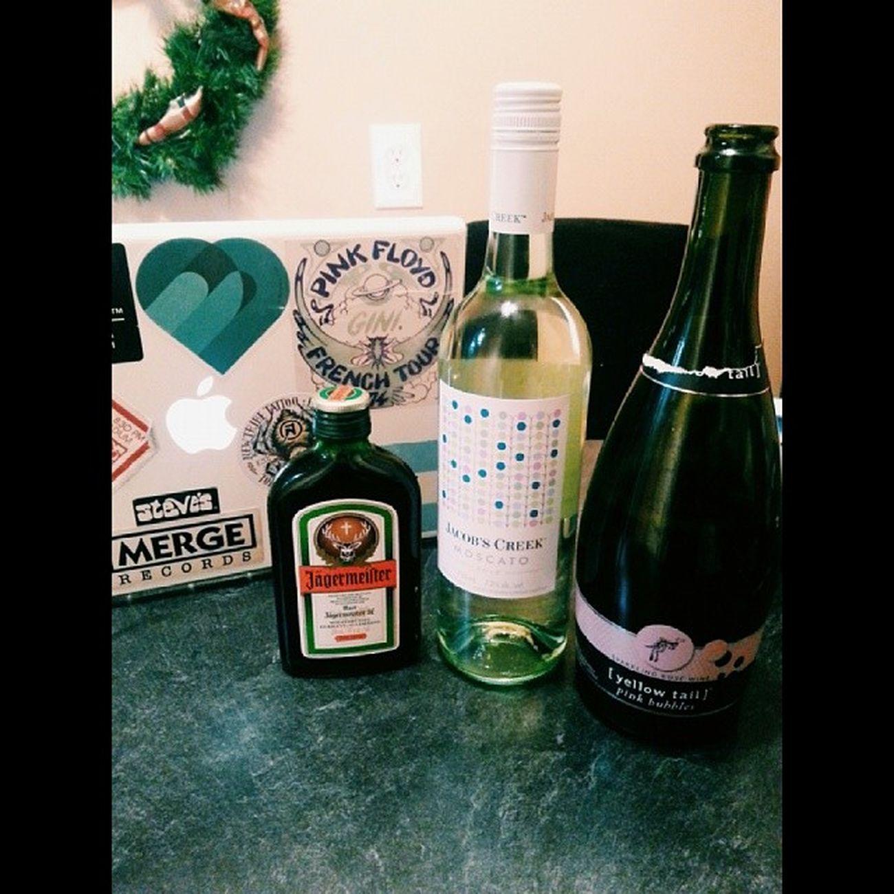 We like wine @jennymurz Wine Predrink Ayyyyy