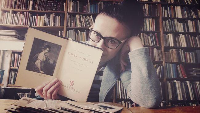 Working woman. 😉 Poland Woman Women Of EyeEm Woman Portrait Myself Books Bookstore Antiquestore Reading A Book Reading & Relaxing Working Hard Working Day Polishwoman Womenofeyem Selfie ✌ Self Portrait