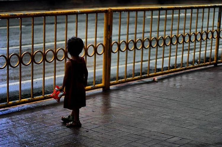 Waiting for father on the street Cebu Philippines Mactan Adventure Travel Trip Backpacking 필리핀 세부 막탄 Local People 배낭여행 여행 동남아 DSLR ASIA Asian  Street Kid Kids Child Gloomy Sad Lonely relationship