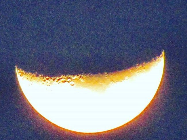 Guess what's its Lunny or Sunny??? You its Lunny shining like sunny the reddish shine on the crust is the reflection of sunny big brother... Lunarshots Moonphotography Cosmicexplorer Gratitude @photographers_of_india @iglobalphotographers