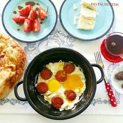 Amcaoğlu gelemiyorum derse tüm yemekleri elimin tersi ile yarın akşama iter en sevdiğim kahvaltıyı hazırlarım yupi yupiiii der @omurakkor selam ederim 👊😆😜😂😂😂 sen hayal et ben uygularim 😜 Pastalinmutfagi @mutfakgram Gramkahvalti Mutfakgram @insta_foodandplaces @insta_foodandplaces @en_iyileri_kesfet En_iyileri_kesfet sunumönemlidir benimkahvaltim enguzelsunumum turkisbreakfast gramsofra dogal kutukservis agac turkisbreakfast benimkahvaltim simit bimutfak sucukluyumurta ramazansofraları emayetutkum yumurta egg likeforlikes like4like like tea