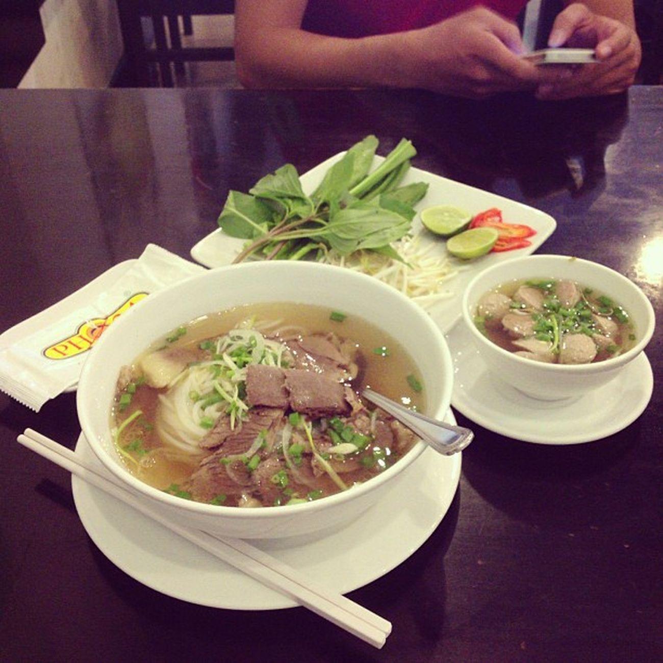 Ăn trưa với sanh viên Rmit bị đuổi @toanryder_999 :)) Chán cơm thèm phở, mà chỉ có phở24 trong khu này thôi :-<