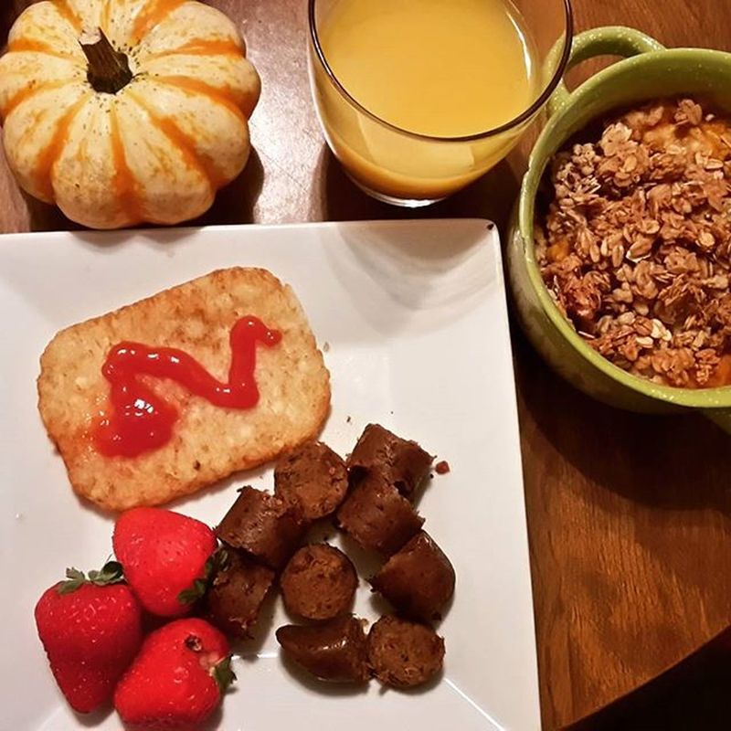 Pumpkin oatmeal (w/pumpkin seed, flax, and pecan granola, tofurky sausage, hash browns, strawberries, and orange juice. Pumpkinoatmeal Autumnrecipes Breakfast Veganmama Vegansofig Veganfoodlovers Veganfoodshare Vegangirl Veganbreakfast Eatyourcolors Vegan Fitmom Eattolive