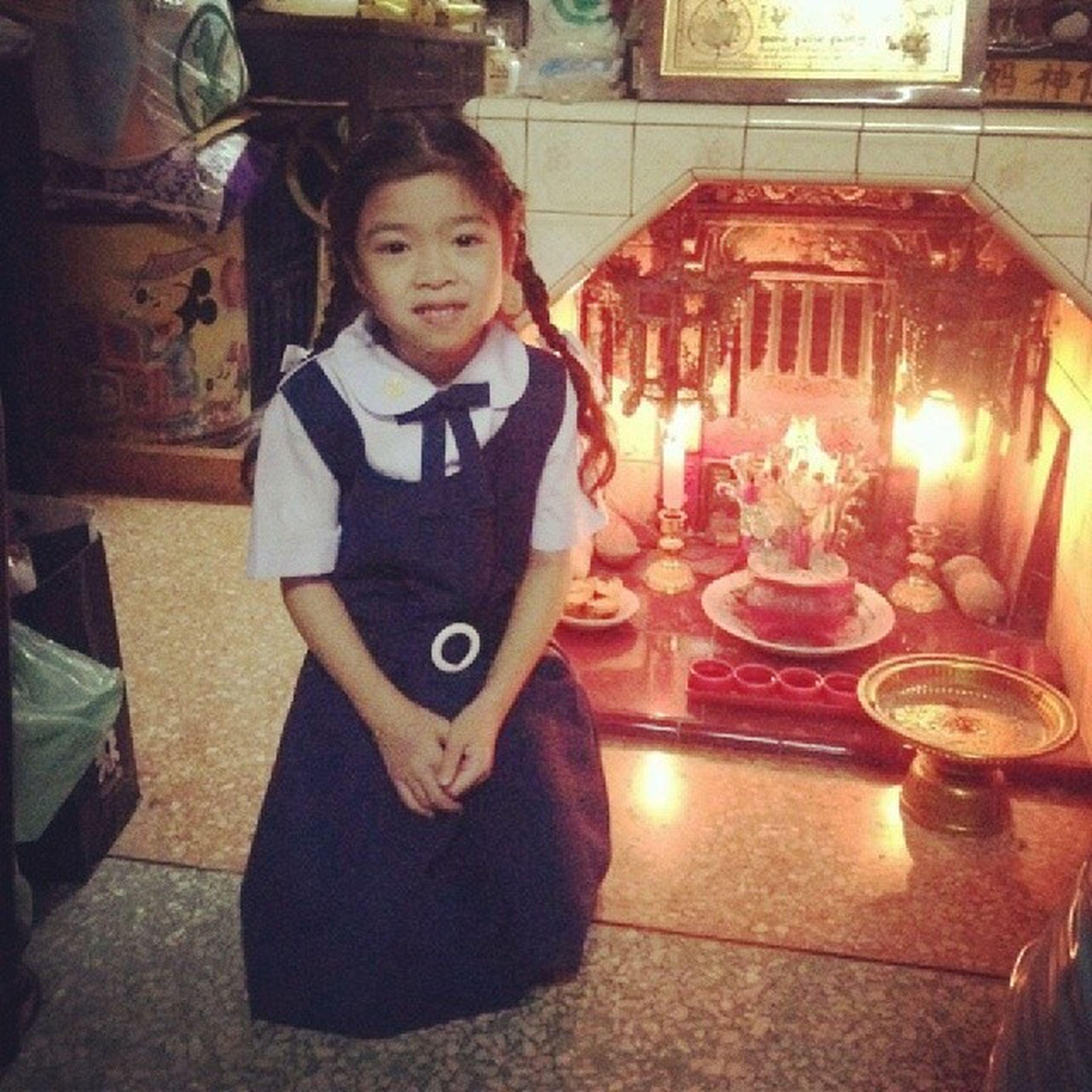 หลานรักกับ โรงเรียนใหม่ ตามธรรมเนียมต้องถ่ายรูปกะตี่จู่เอี๊ยะหน่อย ...แชะ!!! My lovely niece with her new school uniform earnny ???