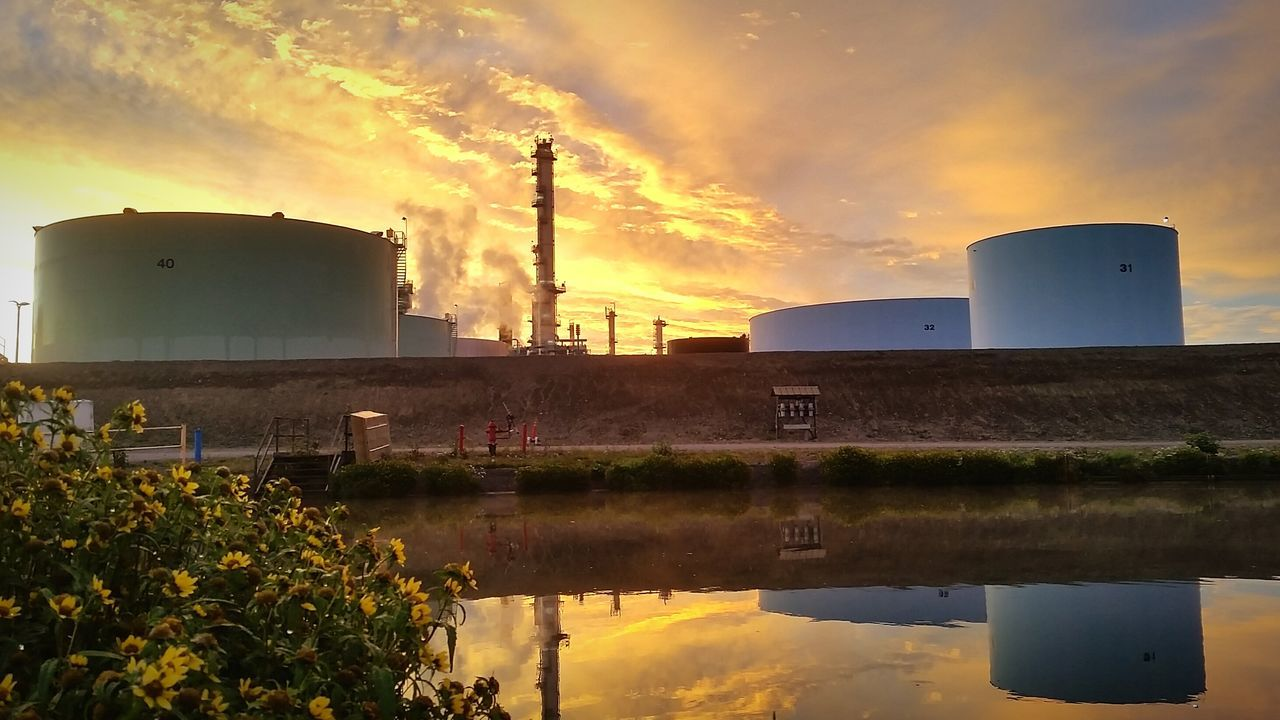 Oil And Gas Oil Refinery Oilfield Oil Industry Refinery Oil Air Pollution Sunset Smog Sunrise Tesoro Reflection Photography Reflecting Reflection Reflections Pollution Fuel And Power Generation Environment Gas Industry Environmental Issues Tower Sky Water