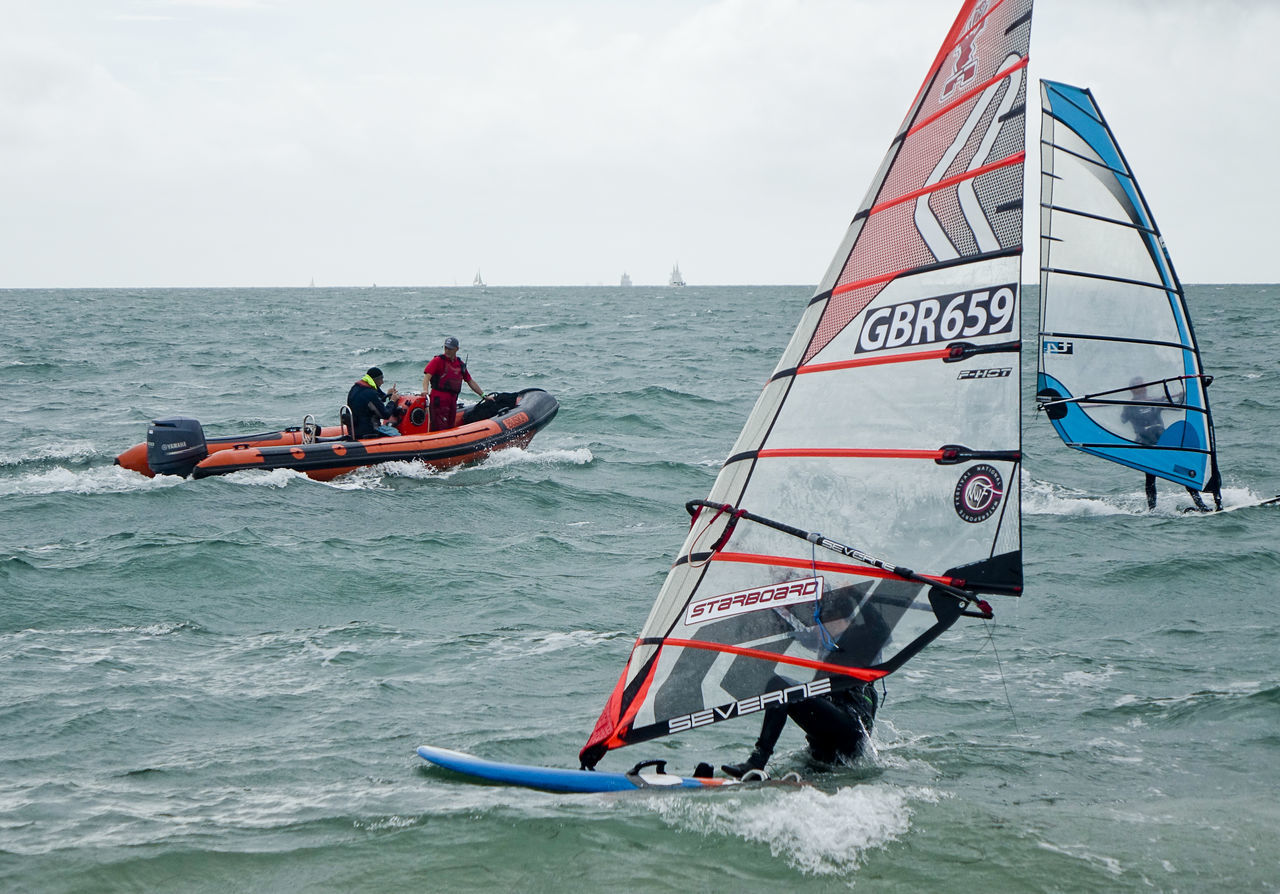 Hayling Island, UK. 3rd September 2016. Windsurfers competing in the National Watersports Festival. Low pressure conditions provided strong winds for this annual event. England England🇬🇧 Hampshire  Hants Hayling Island  National Watersports Festival Nwf Race Sail Windsurf Windsurf Competition Windsurf Life Windsurfen Windsurfer Windsurfers Windsurfing