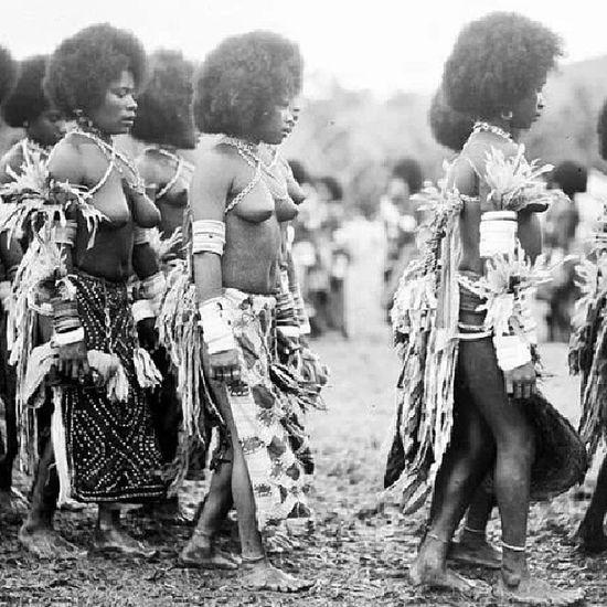 Tarian perempuan Waropen Nabuai Papua , 1937 sumber: Tropenmuseum, Amsterdam, Belanda via @fdkllo @fdkllo DiscoverIndonesia Saveourtribes Tribal tribes history oldphoto instanusantara indonesia