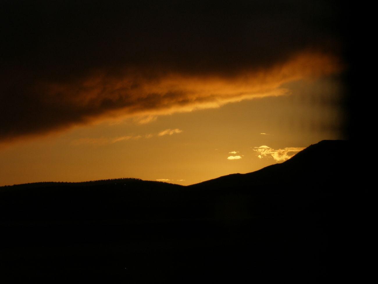 Viajar en autobus. Líneas convergentes IIISunset Sky Beauty In Nature Scenics Mountain No People Tranquility Nature Viajar Autobus Bus Atardecer Tesis99 Naranjas Orangesky Cielo Naranja Nubes Clouds Nube Cloud Lines Lineas Cloud - Sky Convergent