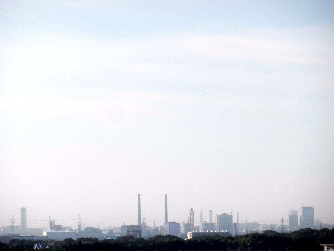 遠くに見える煙突が 夏の空気で霞んで見える NIKON S800c Bird's-eye View