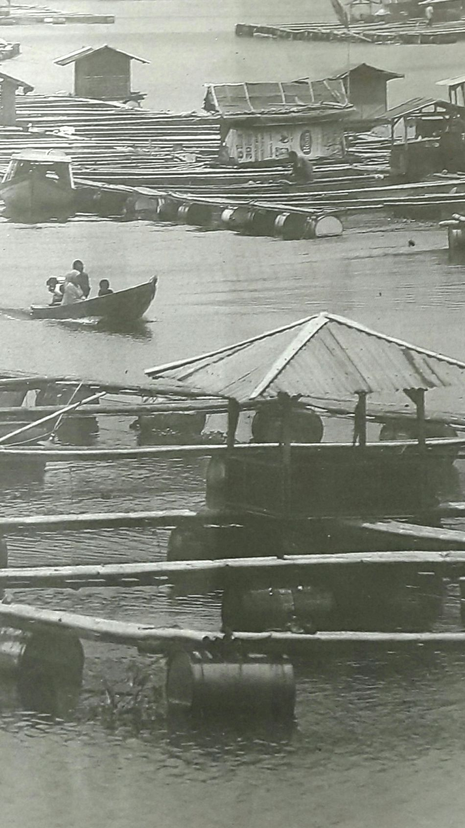 "Capturing original picture (Kompas/Totok Wijayanto) on page 18th of Kompas Daily Newspaper (10/26/15) had titled ""Keramba Waduk Cirata"". Keramba Warga Ikan Air Tawar"