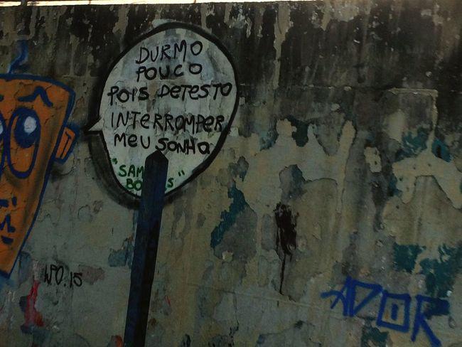 Durmo pouco pois detesto interromper meus Sonhos ... Ruas Graffiti Voz Expressão