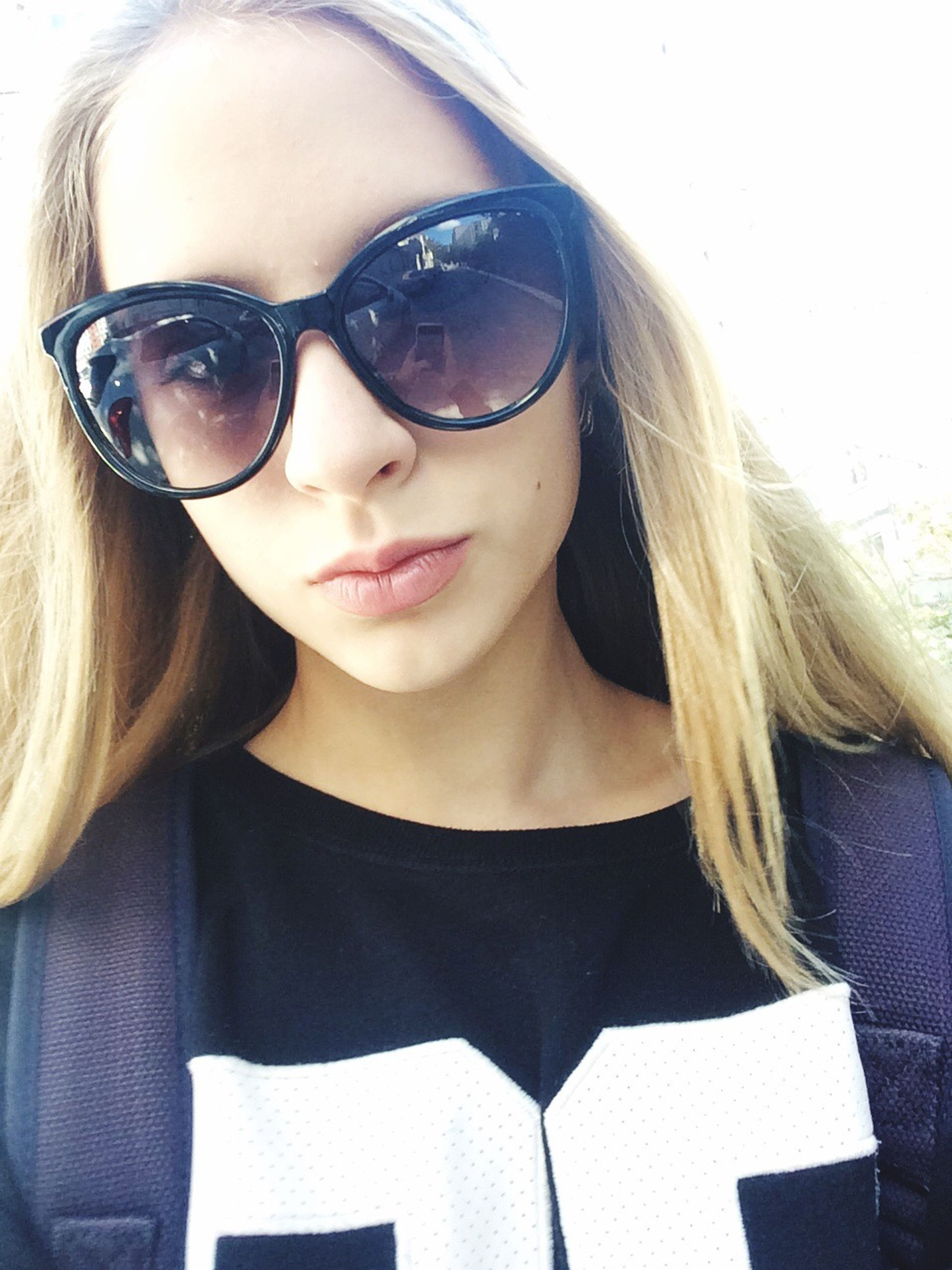young adult, lifestyles, leisure activity, young women, sunglasses, person, front view, long hair, casual clothing, outdoors
