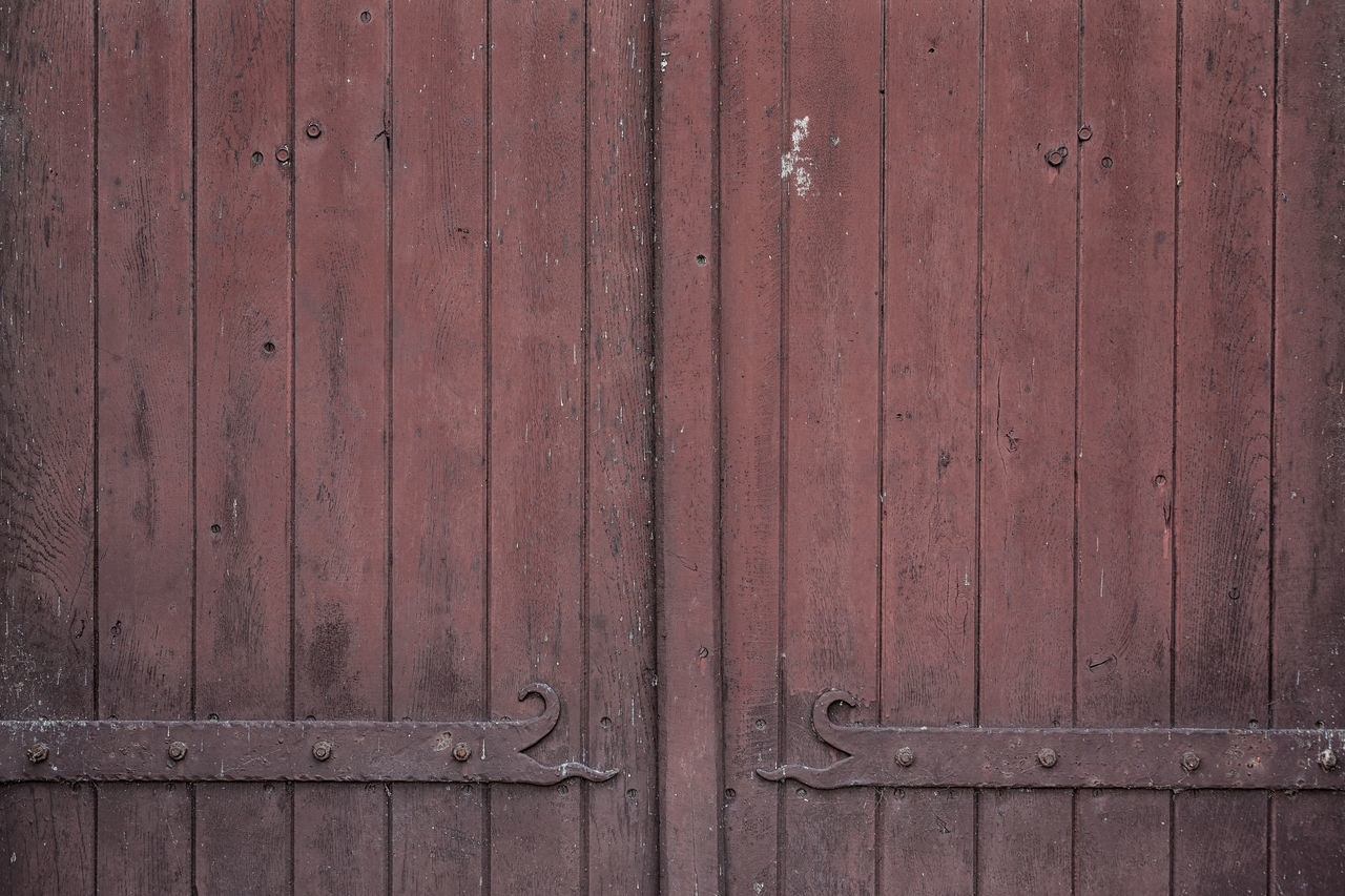 Structures and Backgrounds as found in Berlin: Old wood Barn Door with Cast Iron Backgrounds Barn Barn Door Cast Iron Details Details Textures And Shapes Door Doors Entrance Grunge Run-down Structures Textured  Textures Textures And Surfaces Wood Wood - Material Wooden Wooden Texture
