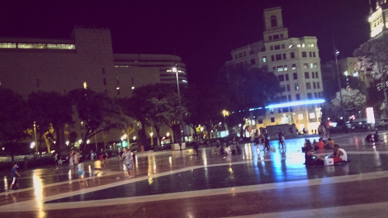 🏃🚶 barcelona Hanging Out Plazacatalunya Barcelona Catalunya Travel Traveling Nightphotography Chill Mode Taking Photos People And Places