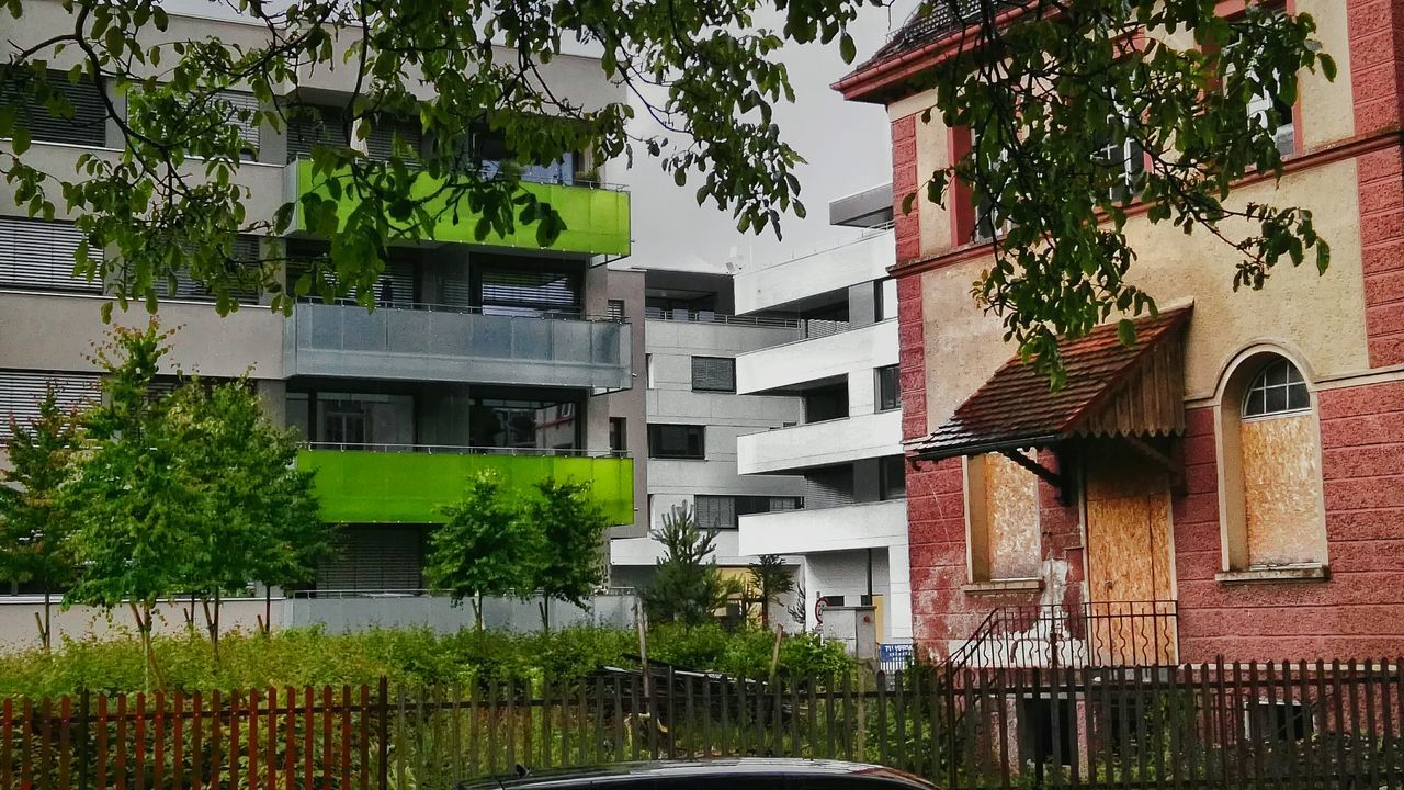 Rainy Day Neubau Kontrast Altbau Architecture Green Red White Grey Grey Sky Oldschool & Newstyle Contra Newstyle Architektur