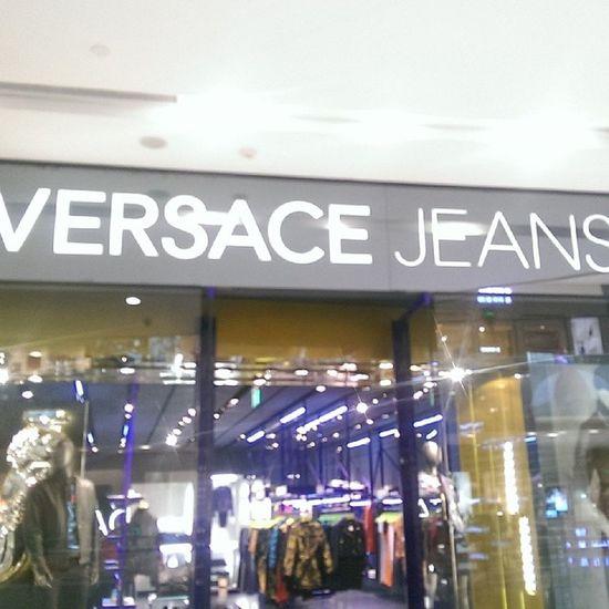 Donatella Versace!!! 剛剛經過H&M看到一雙很喜歡的鞋子 但是我家母老虎發威=____= 大家除夕夜快樂噢❤❤ DONATELLA Versace H &m