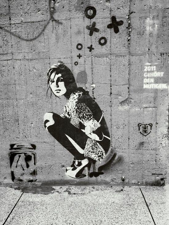 Blackandwhite City Dump Graffiti Schablone Schwarzweiß Stadt Stencil Streetart UrbanART Woman