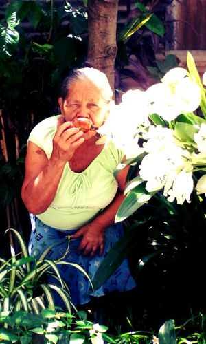 Grandma Love ♥ Shes Adorable Amazing Eat More Fruit Taking Photos People Watching Beutiful