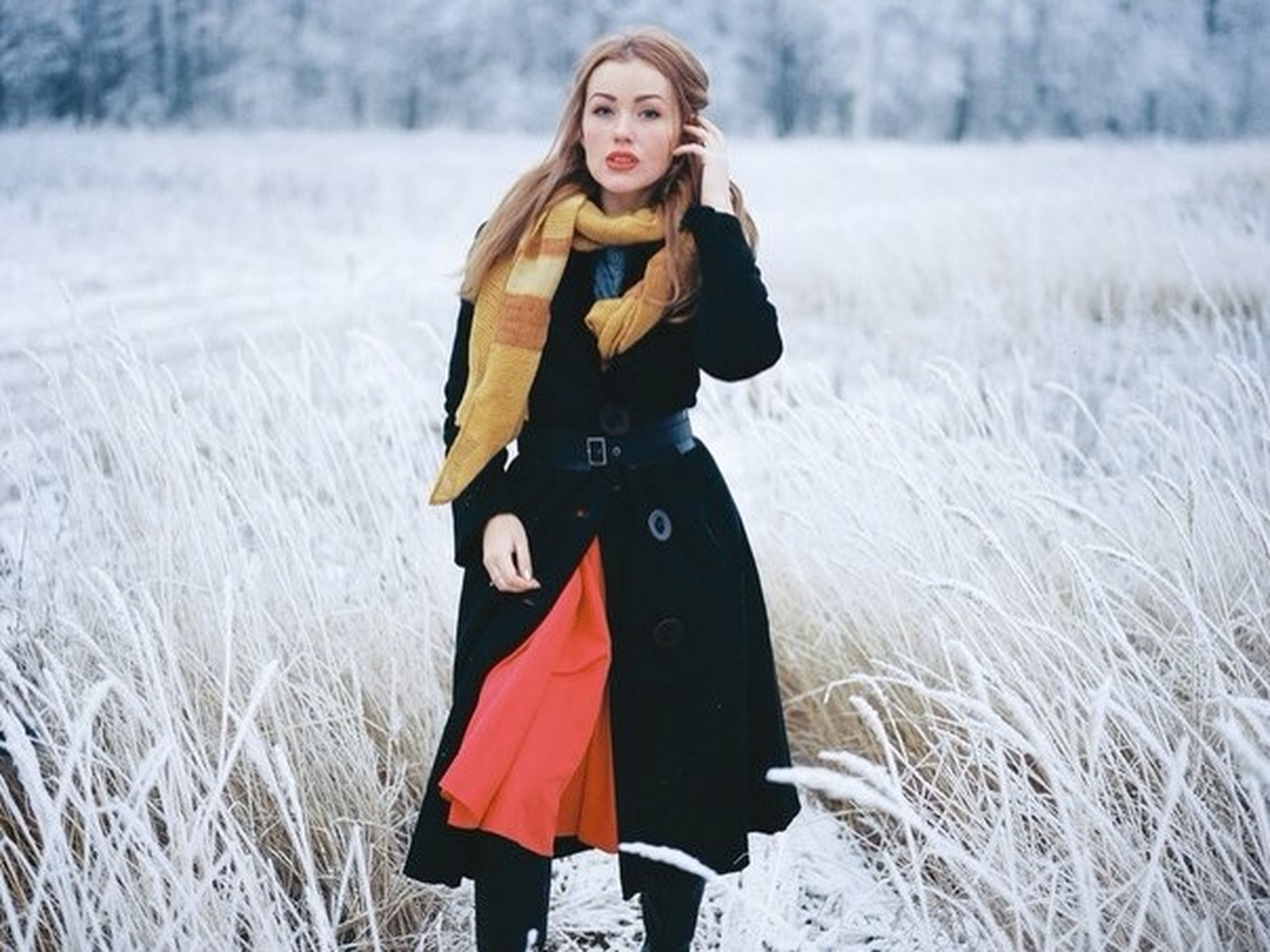 lifestyles, young adult, person, leisure activity, looking at camera, casual clothing, portrait, young women, smiling, winter, front view, three quarter length, standing, snow, cold temperature, full length, field, warm clothing