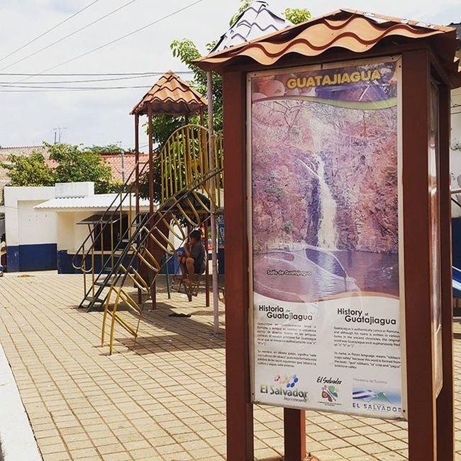 Parque El Tlameme Guatajiagua Morazán ... Al fondo un Kiosko con artesanías de barro negro