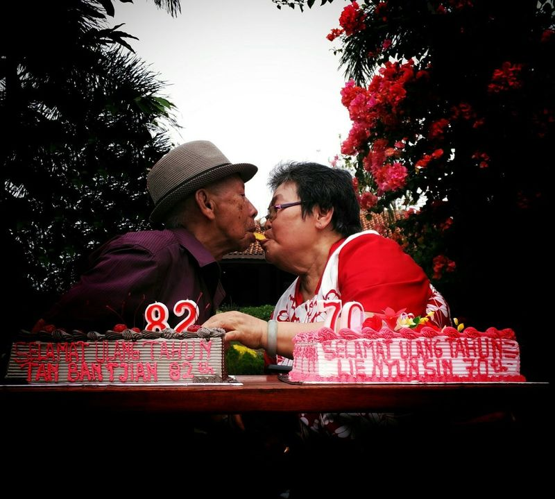 50 years of amarriage and still have romance in them Oldcouples Couple Grandparents Love Romance Eating Cake