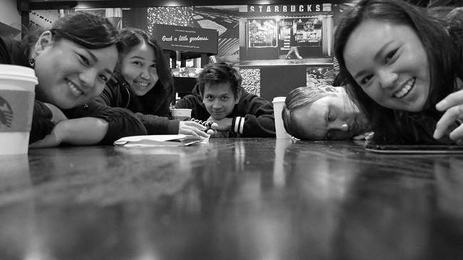 2016 /010 | PhotoADay 366days True friendship is not just a fresh batch of warm cookies it also means compromising comfort for the sake of getting the best group shot at Starbucks. Lumix Gx7 M43 Kwixpix366