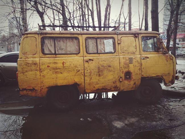 Постапокалиптический желтый уазик уазик Yellow Postapocalyptic Old Car Fallout