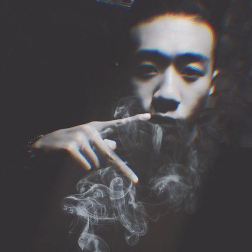 烟雾弥漫 Smoke - Physical Structure Smoking Issues Smoking - Activity Cigarette  Bad Habit Addiction Real People Danger Holding One Person Young Women Young Adult Lifestyles Leisure Activity Women Cigar Indoors  Human Hand Close-up Adult