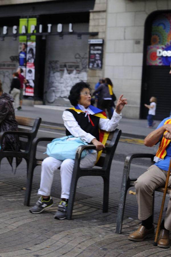 I la acompañante al estilo superwoman...pese a la edad..... Mi Particular Diada Streetphotography FreedomCatalonia2014 Catalunya Independent