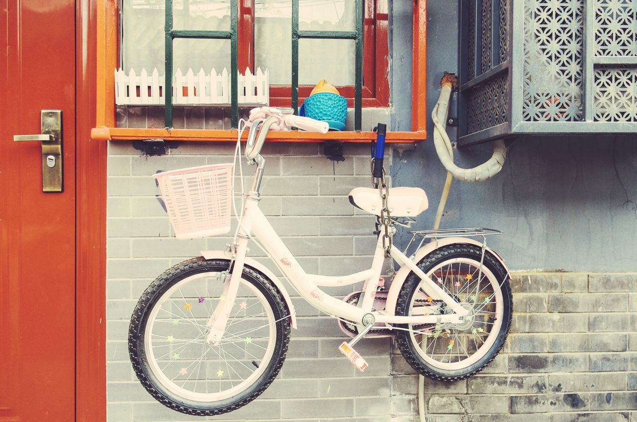 mode of transport, transportation, bicycle, land vehicle, stationary, day, outdoors, window, no people, building exterior, architecture