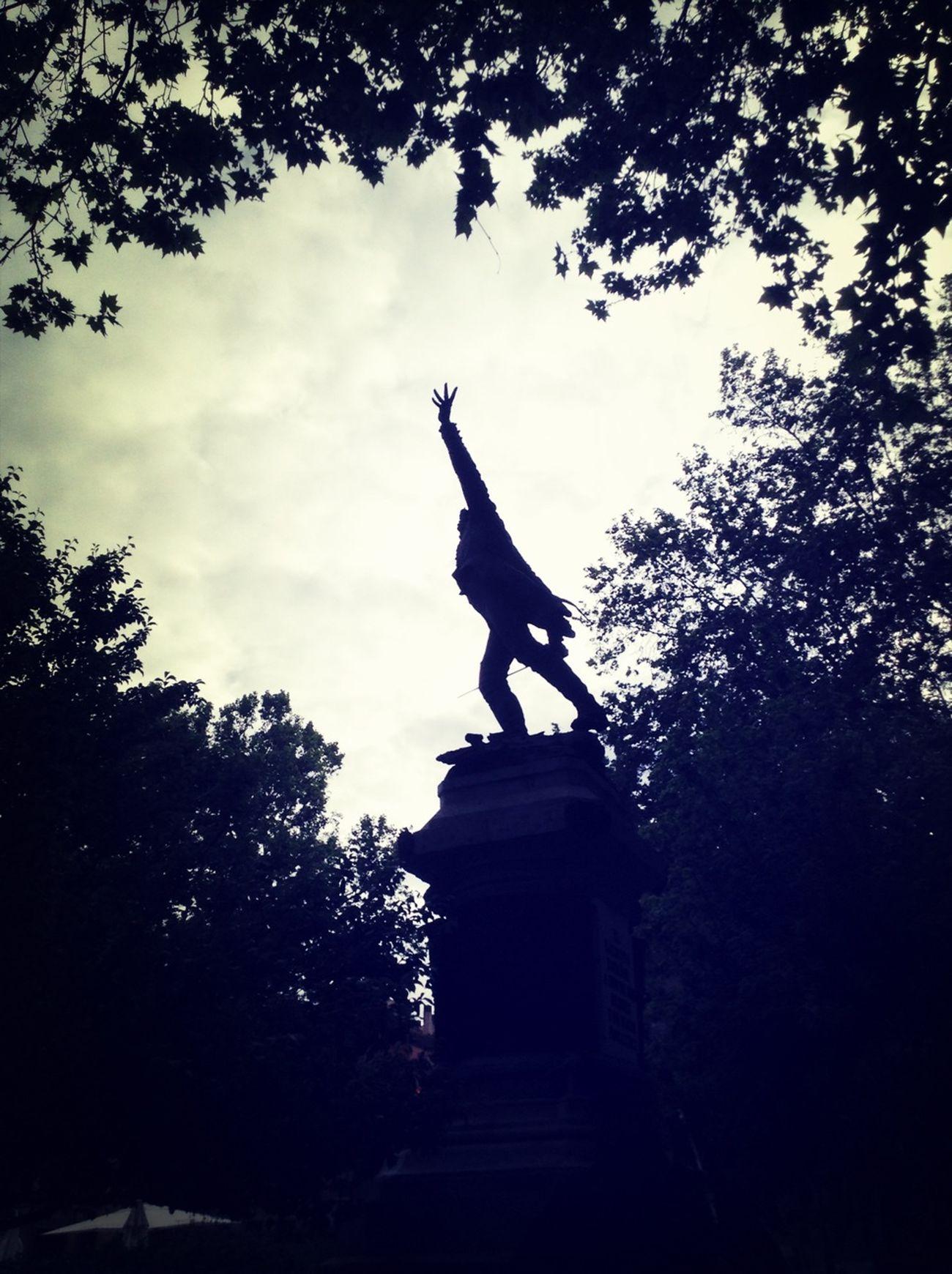 """Un dos de mayo, la estatua de un """"héroe del 2 de mayo"""" de hace mucho tiempo... ¿casualidades?"""