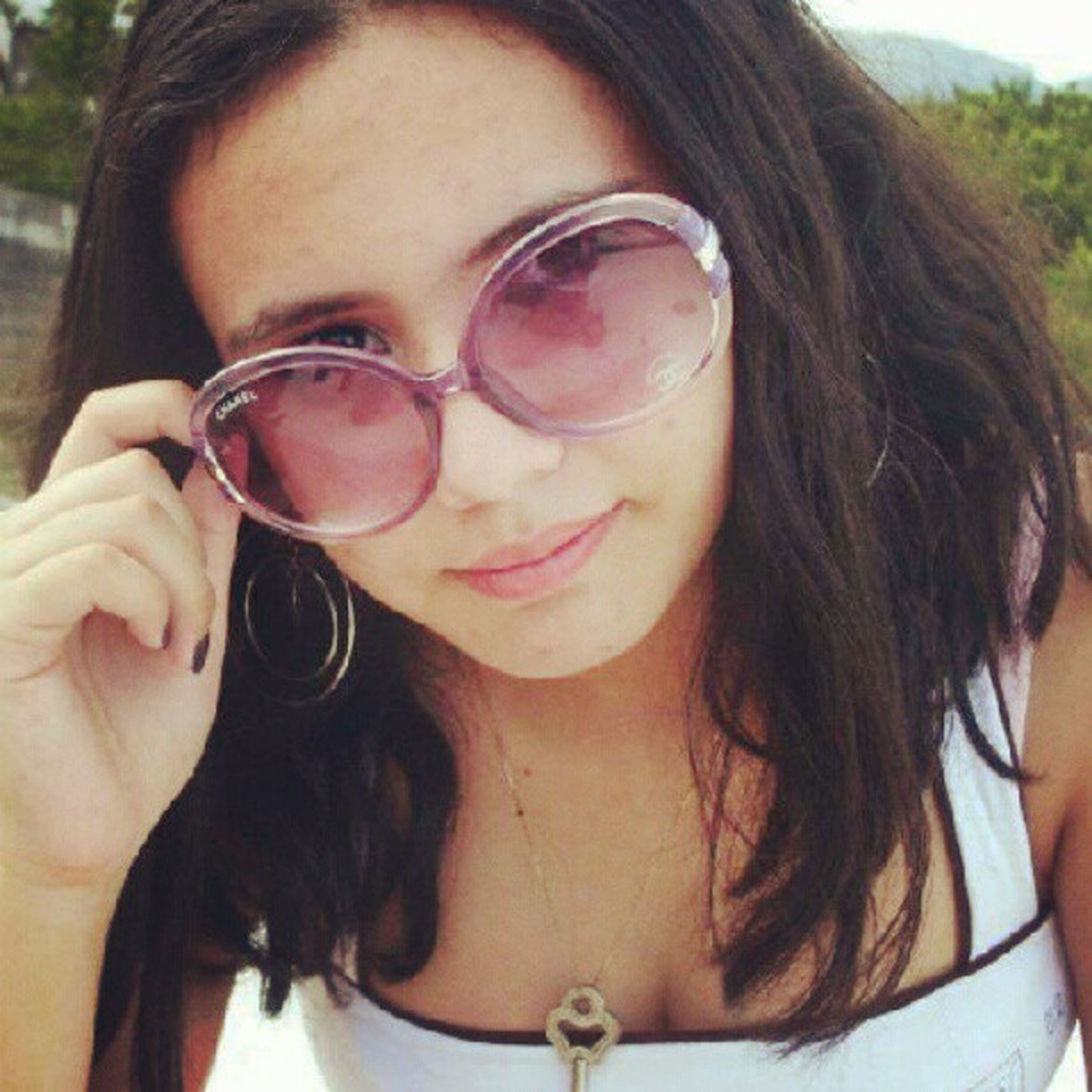young adult, young women, portrait, headshot, person, looking at camera, lifestyles, sunglasses, leisure activity, long hair, front view, close-up, smiling, head and shoulders, focus on foreground, sunlight, brown hair