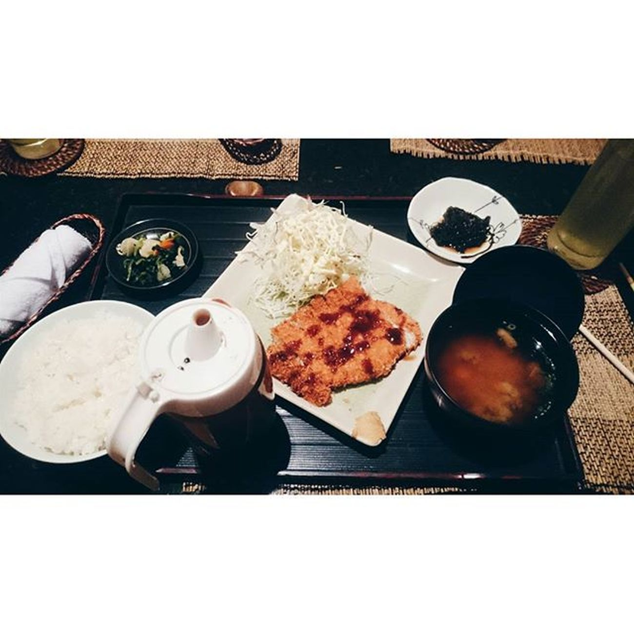 [Chikuan Japanese Restaurant- 108 Cửa Bắc] 🔹 Hơi khuất vì bên cạnh toàn các cửa hàng to to. Quán theo phong cách Nhật Bản, khá là ưng không gian quán, đúng chất Nhật luôn, từ cái cửa ra vào, phòng ăn, bày trí tranh ảnh đến cách bày biện bát đũa trên bàn. 🔹Đặc biệt quán gồm những phòng ăn nhỏ nên thích hợp cho nhóm nhỏ hoặc những người thích không gian riêng tư, yên tĩnh. 🔹 Nhân viên ổn, lịch sự. Tương đối nhẹ nhàng, thân thiện. 🔹 Trên ảnh là set cơm cùng Tonkatsu ăn kèm rong biển (not sure), salad, rau củ quả và súp miso. Có lẽ không hợp khẩu vị nên ăn cảm giác ăn hơi mặn, đặc biệt là nước sốt tonkatsu và súp nhưng bù lại cơm và thịt khá ngon, ăn có cảm giác giòn giòn của lớp vỏ và mềm mềm của phần thịt bêm trong khá là ưng. Bên cạnh đó là dù không gọi nước thì quán vẫn phục vụ kèm theo một cốc trà. 🔹Giá ~300k/ 2 người. Nếu rủng rỉnh tiền cũng đáng để thử được ăn 1 quán Nhật Bản tương đối đúng nghĩa trong lòng Hà Nội. 😉 Lozi Lozihn Foodyhanoi Zizohanoi Foodporn Japaneserestaurant Tonkatsu Misosoup Salad Yummy Lunch Susfoodtrip