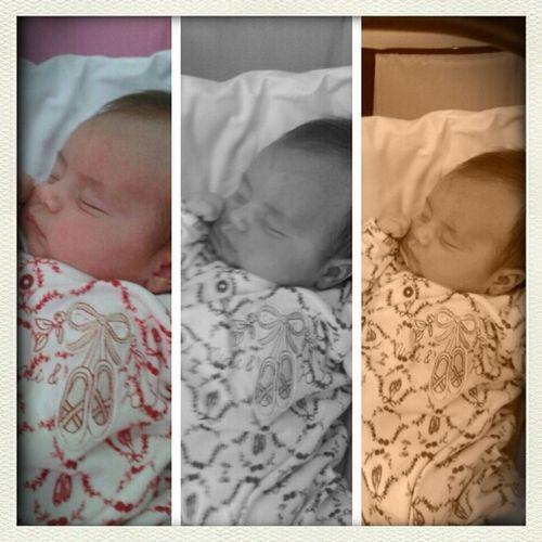 Princesa Aline dormindo igual uma anjinha no meio de um monte de doidos! rs Família Soares