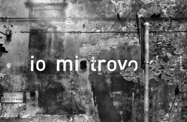 """nel muro incisa la scritta """" io mi trovo dietro """" ma al momento in cui l'ho scattata io ci vedevo solo """"io mi trovo"""" ...spulciando su internet ho appreso che è un'opera di un'artista tedesca , Ines Tartler Shoot, Share, Learn - EyeEm Genova Meetup Genova Liguria Scritte Sui Muri"""