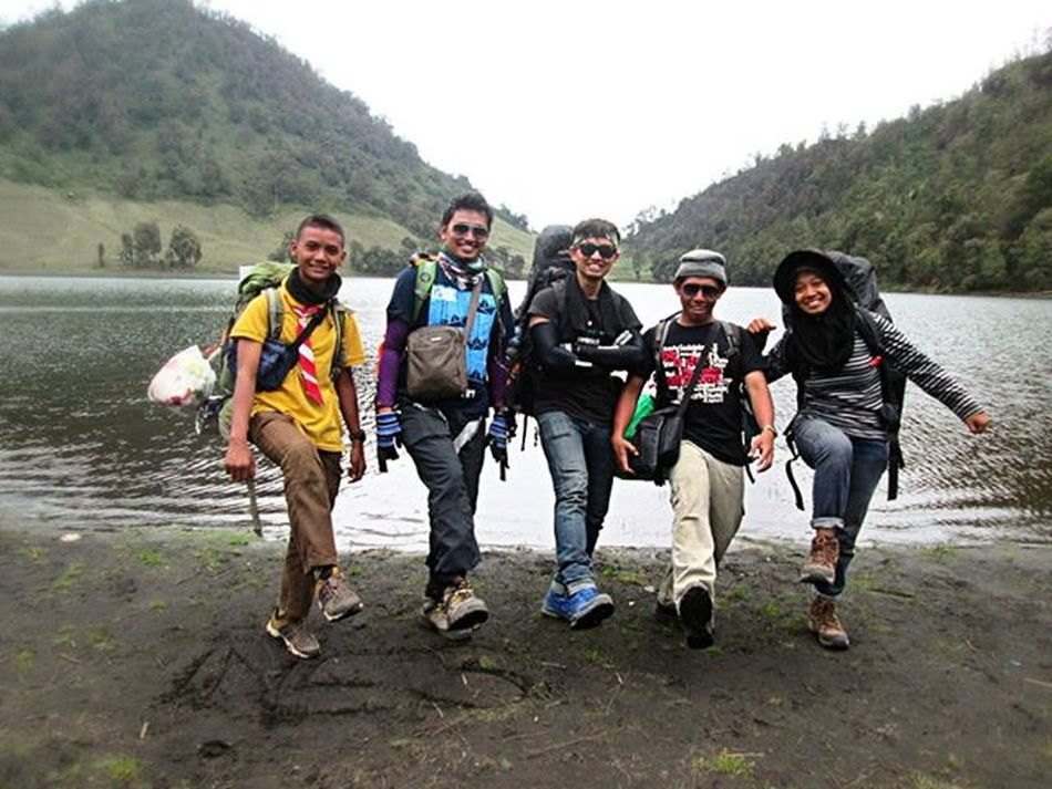 """Kebahagiaan hanya akan menjadi nyata, saat kita berbagi. @rianaandan @asepabdulrahman "" Pendakiindonesia Id_pendaki Mountainexplorer Bacpacker Outdoor Teamgabungan"