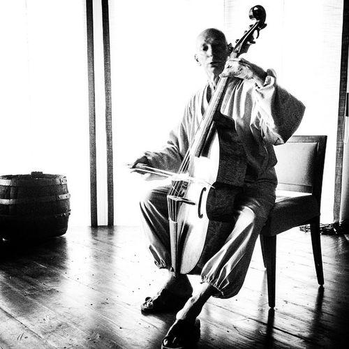 Adolfo Soho Brunelli alla viola antica al #RedMosquito #scandiano #reggioemilia #zen #zazen #monaco #votigno