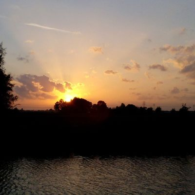 Mooie ondergaande zon Sun Sundown Skylover Skyporn Sky Sunshine Sunset Beautiful View Landschap Landscape Water Friesland Ig_nl Ignederland Igholland Ig_holland Igersnl Ig_nature Ignature Ig_nederland Nofilter Thenetherlands Nederland Netherlands dutch clouds cloud nice