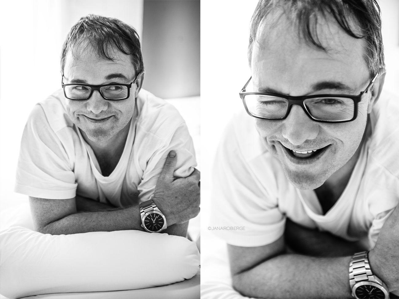 Janarobergefotografia Lifestyle Photography Florianópolis Alegría Homem Óculos  Ensaio Pessoal Book Branco Cama Quarto P&B CARETA