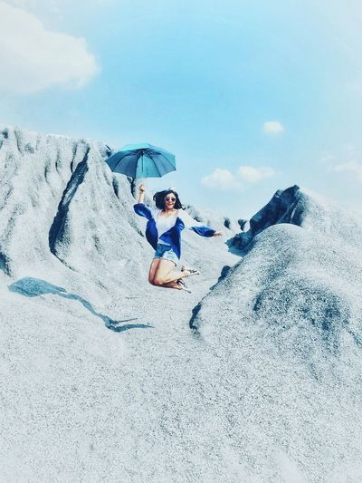 jumping Sky And Clouds Sky Blue Sky Umbrella Jumpshot Stone Hill Bluetone EyeEmNewHere Streetphoto Street Fashion Nature Harmony Feeling Myself  New Fashion Madyom Style Fashion Stories Sky One Man Only One Person Adult Adults Only Shades Of Winter