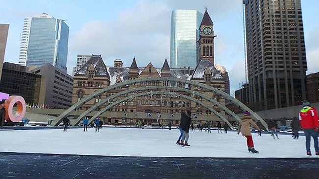 Toronto's City Hall Skating Rink . Toronto Skating Skate Iceskating Iceskate Ice Winter Tdot  The6 The6ix Thesix 6side 6 Ontario Canada Wethenorth Unifilmfoto Canadianwinter Winter Torontowinter Photo Photos Photographyislifee Art Artsy life