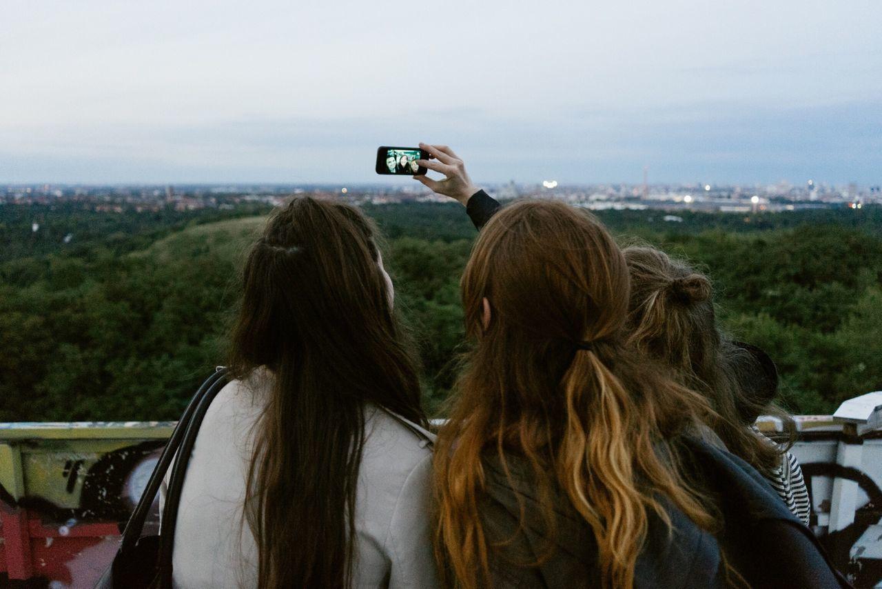 Beautiful stock photos of mobile, Berlin Wilmersdorf, Bonding, Friends, Friendship