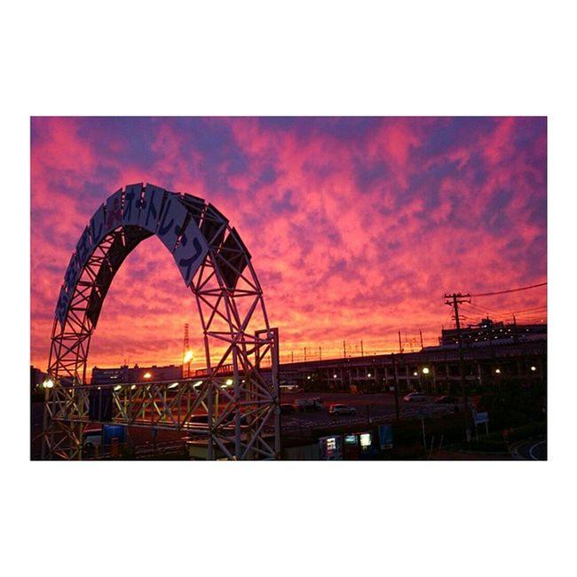 空が綺麗すぎてすべり台のぼって撮った渾身の一枚。 androidちゃん、よく頑張った🙆 夕焼け 千葉 南船橋 ふなばしオートレース 京葉線 この世の終わりみたい イマソラ ならぬ いまさら Stunning sunset view from top of the slide 😚 Sunset Beautiful Unreal Chiba Japan Instasunsets Mothernature Nofilter